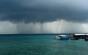 海南三亞上空出現壯觀雨瀑景觀