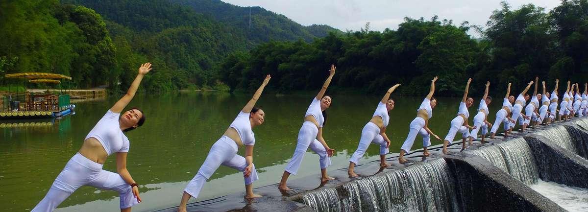 無人機航拍:山水之間秀瑜伽 女性與自然競秀色