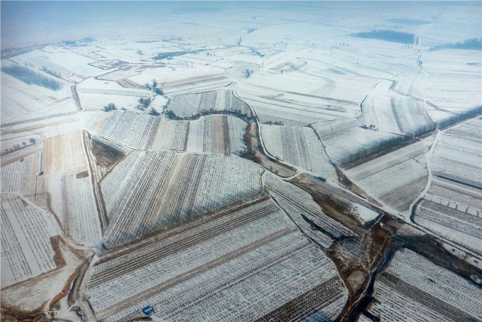 """【""""飛閱""""中國】航拍""""寒富蘋果第一村"""" 瞰冰雪下的四好農村路"""