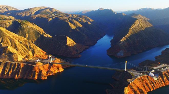 航拍黃河三峽:舟行碧波上 人在畫中遊