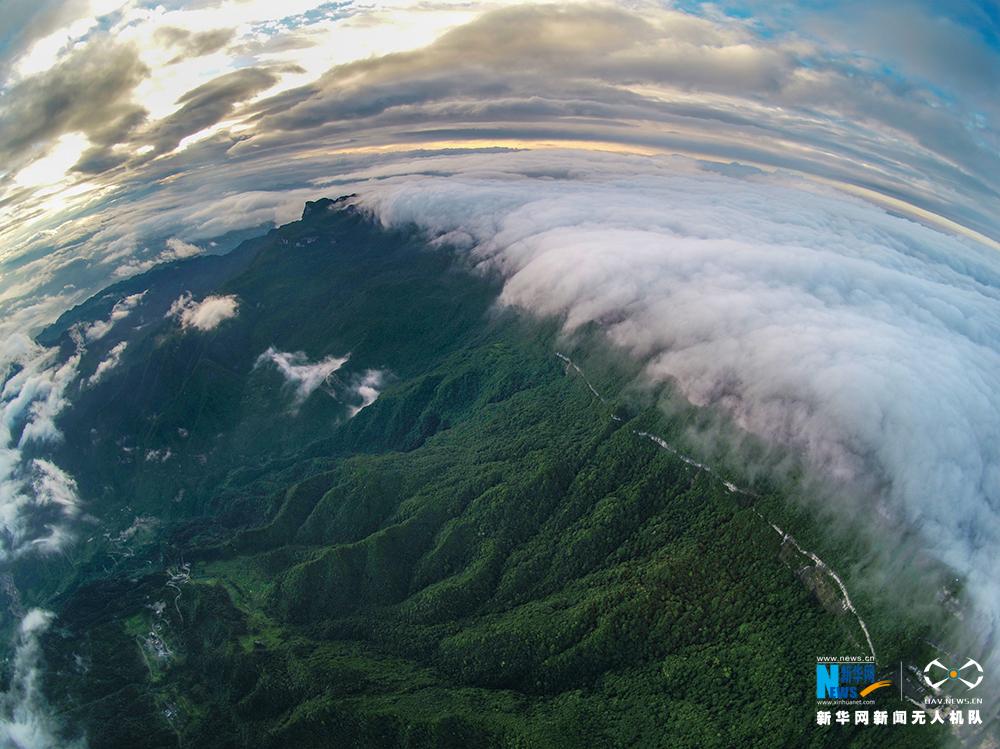 航拍夏日初晴時刻的金佛山 雲挾群山顯瑰麗