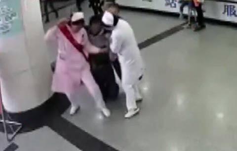 百米衝刺!女護士變身女漢子,背起病人飛奔