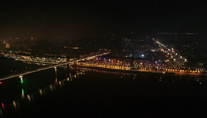 """【""""飛閱""""中國】航拍夜色下的閬中古城 :燈火璀璨、流光溢彩"""