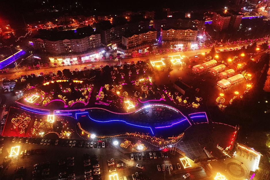 無人機航拍重慶酉陽新年彩燈 如燈火海洋
