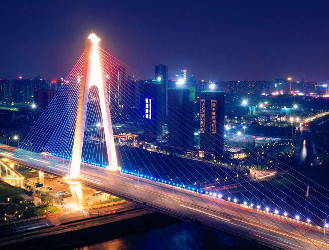 俯瞰夜幕下的奇龍大橋 流光溢彩如夢如幻