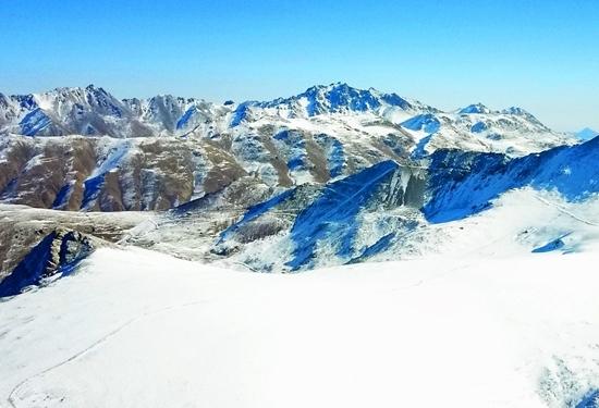冬日俯瞰祁連山 白雪皚皚群峰連綿