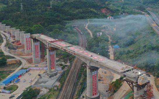 江西龍南:贛深高鐵江西段最長轉體梁成功轉體