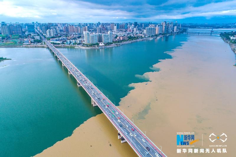 """湖北襄陽:雨後漢江""""涇渭分明"""""""