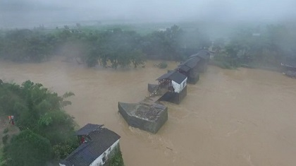 """""""橋墩在 橋就在""""洪水來襲 婺源彩虹橋受損"""