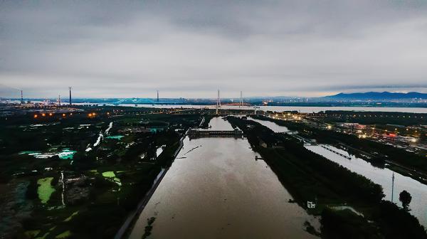 新華鷹|南京秦淮新河入江口超警戒水位