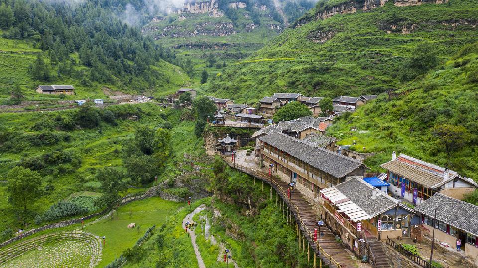 """【""""飛閱""""中國】航拍懸崖上的村莊"""