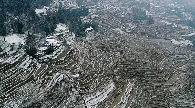 航拍重慶黔江:雪落梯田農家入畫來