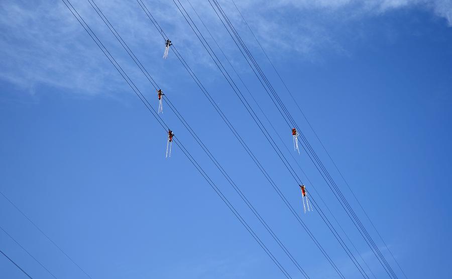 新華鷹丨電力員工300米高空修補線路