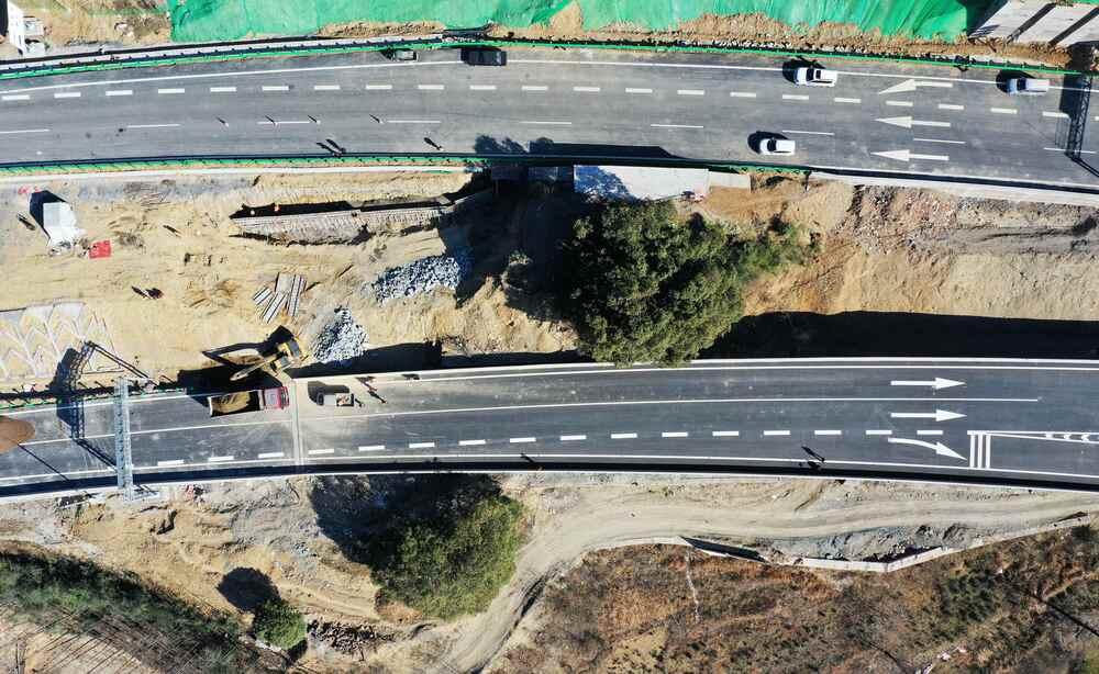 """【""""飛閱""""中國】湖北保康:多花1000萬 高速建設為古樹""""讓路"""""""