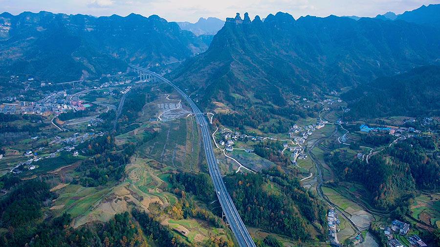 沿著高速看中國|遊走在武陵山的綠色畫卷裏