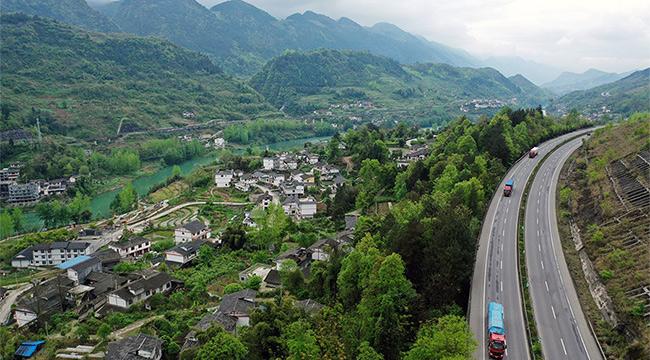 """沿著高速看中國 沿著渝湘高速""""瞰""""重慶土家古寨新風景"""