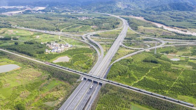 """【""""飛閱""""中國】沿著高速看中國 大道通衢繪就鄉村振興致富路"""
