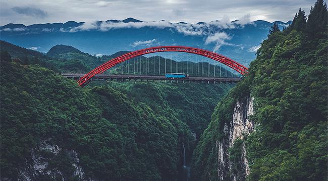 沿著高速看中國  雲霧中的渝湘高速細沙河特大橋