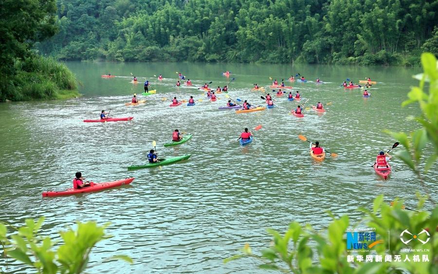 律動中國|皮劃艇流溪河花樣遊 成無人機鏡頭下風景