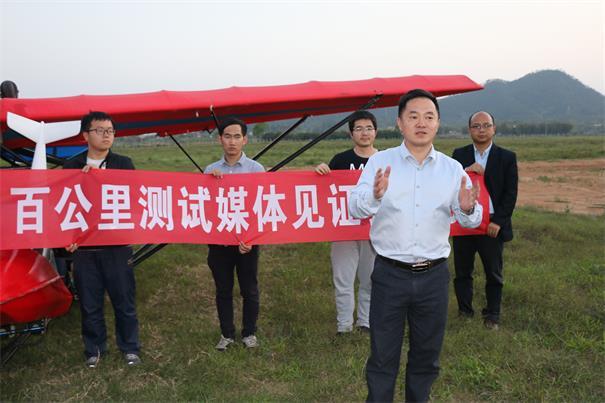 智航董事長金良駕飛機 與無人機同步飛1.25小時
