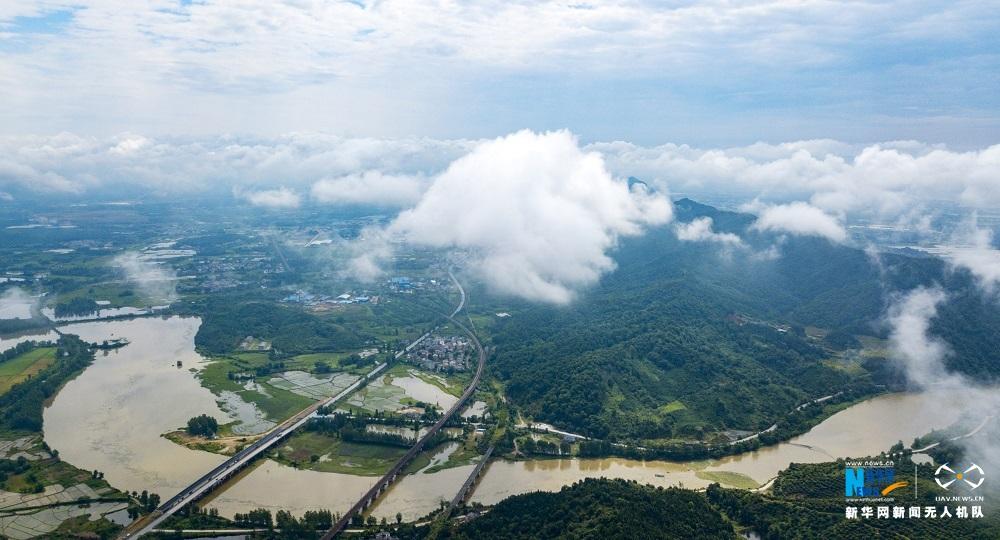 航拍江西大崗山:雲霧繞青山 田園入畫來
